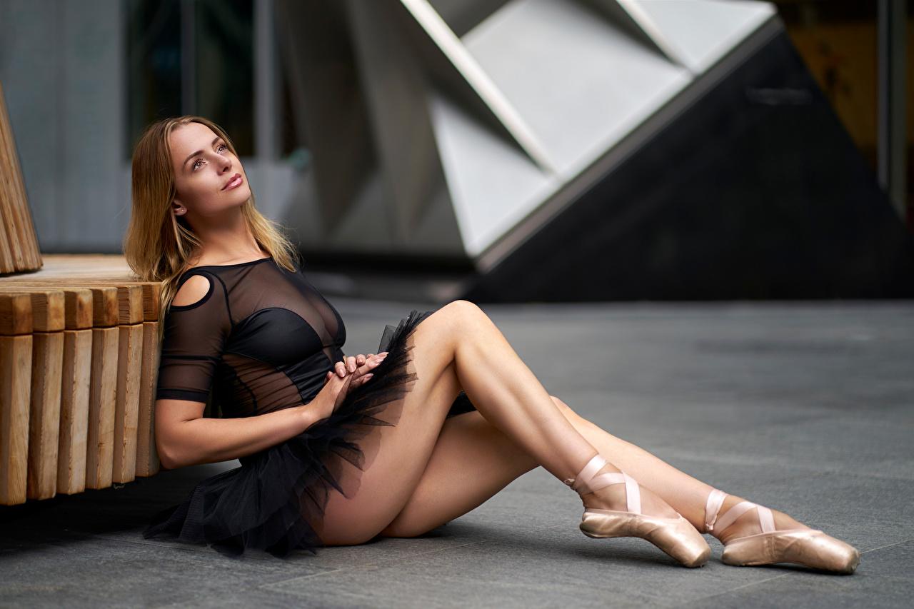 Картинка Балет боке Девушки ног сидящие балета балете Размытый фон девушка молодая женщина молодые женщины Ноги сидя Сидит