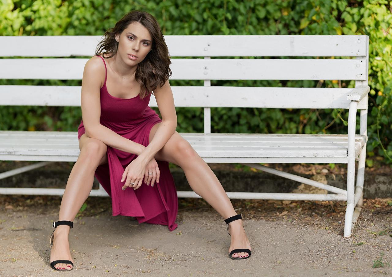 Фотография Модель Agnieszka Borkowska молодые женщины Ноги Сидит Скамья смотрят Платье фотомодель девушка Девушки молодая женщина ног сидя сидящие Скамейка Взгляд смотрит платья