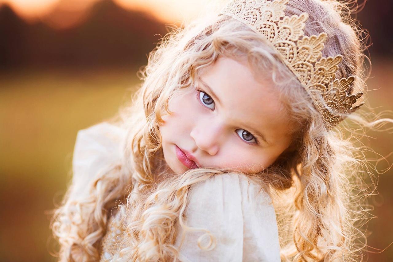 Картинка девочка Корона блондинки милый Дети лица волос смотрит Девочки блондинок Блондинка милая Милые Миленькие ребёнок Лицо Волосы Взгляд смотрят