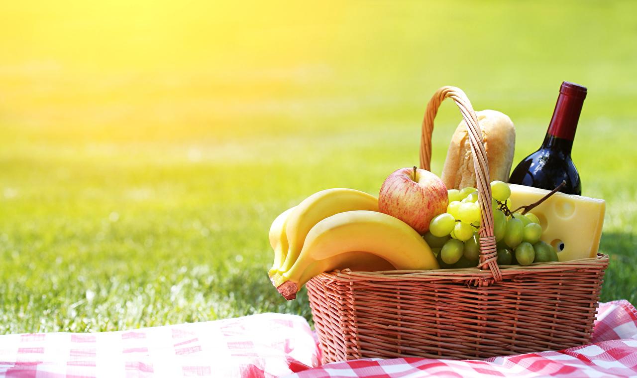 Картинки пикнике Вино Сыры Бананы Яблоки Корзина Виноград Пища бутылки Пикник корзины Корзинка Еда Бутылка Продукты питания