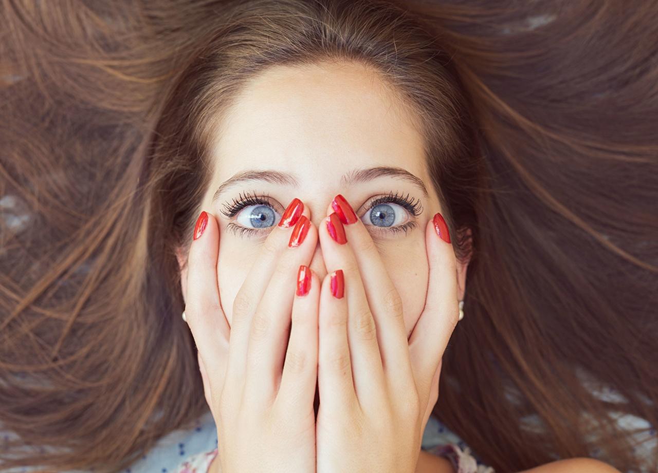 Фото Шатенка Маникюр эмоции изумление Лицо Волосы Девушки Руки Пальцы Удивление