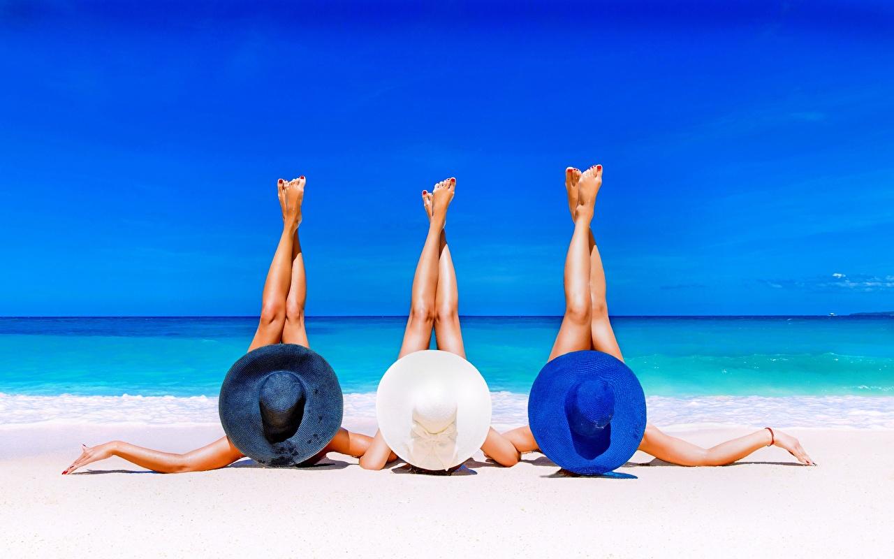 Фотографии лежат пляже Лето Море релакс девушка ног Руки Трое 3 лежа Лежит лежачие Пляж пляжа пляжи Отдых Девушки отдыхает молодая женщина молодые женщины Ноги три рука втроем
