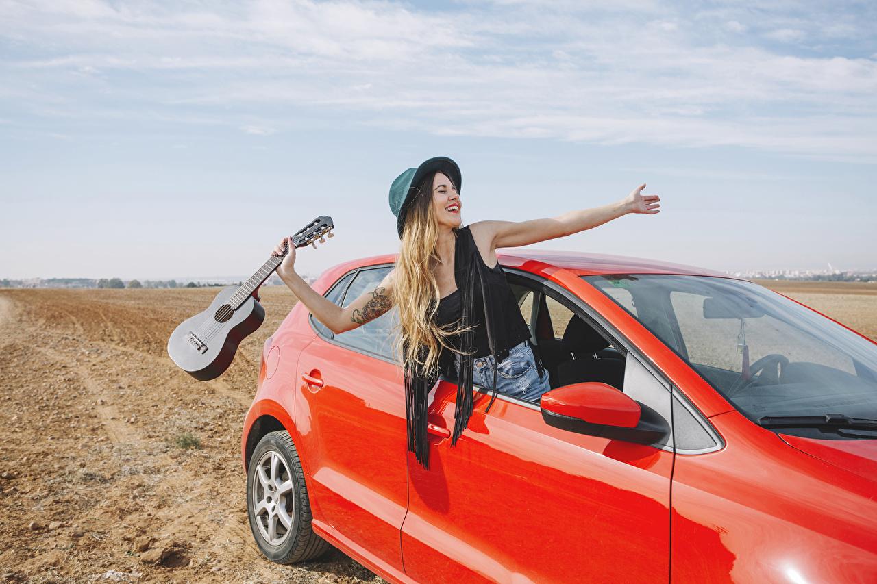 Фотографии Блондинка Гитара Радость Шляпа Девушки Руки счастье счастливые