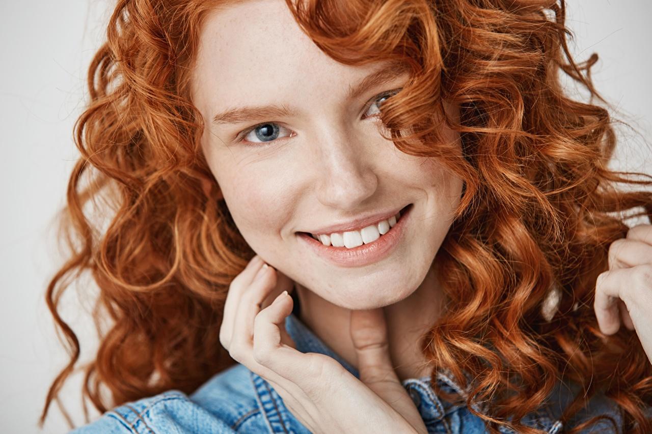 Фотография молодые женщины рыжих улыбается кудри лица Волосы смотрит девушка Девушки молодая женщина Рыжая рыжие Улыбка Кудрявые Лицо волос Взгляд смотрят