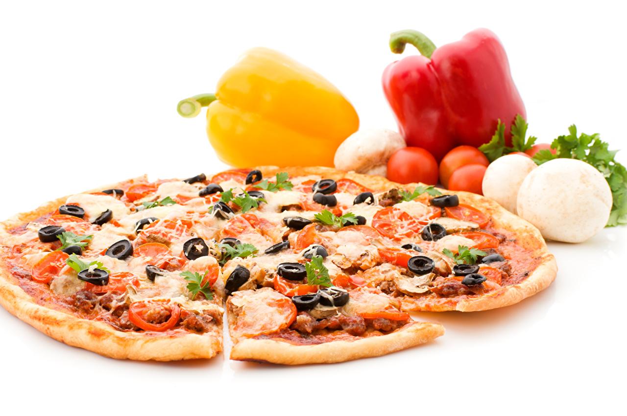 Картинки Пицца Томаты Оливки Быстрое питание Перец Продукты питания белом фоне Помидоры Фастфуд Еда Пища перец овощной Белый фон белым фоном
