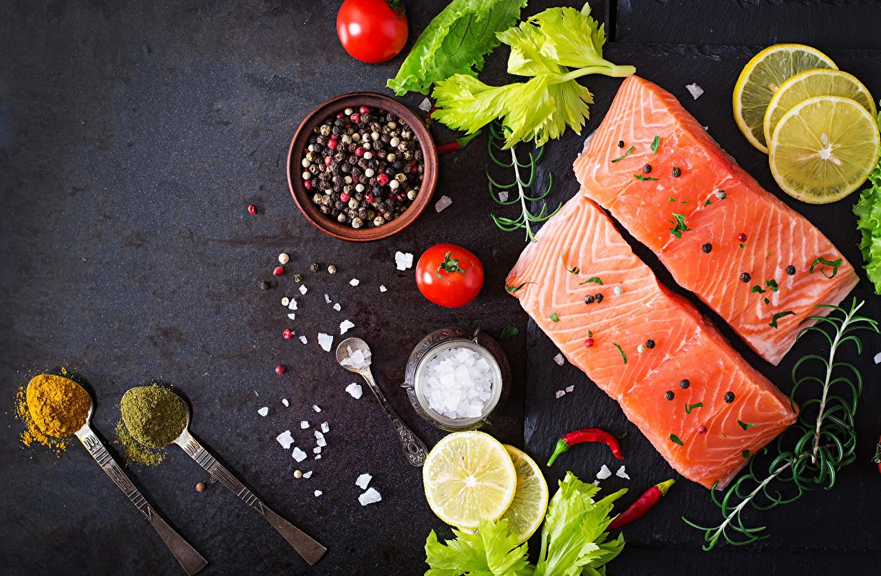 Фотография Томаты Рыба Лимоны Еда ложки приправы Помидоры Пища Ложка Специи пряности Продукты питания