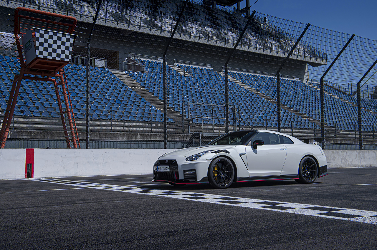 Фотография Nissan 2019 GT-R Nismo Worldwide белые Автомобили Ниссан белых Белый белая авто машина машины автомобиль