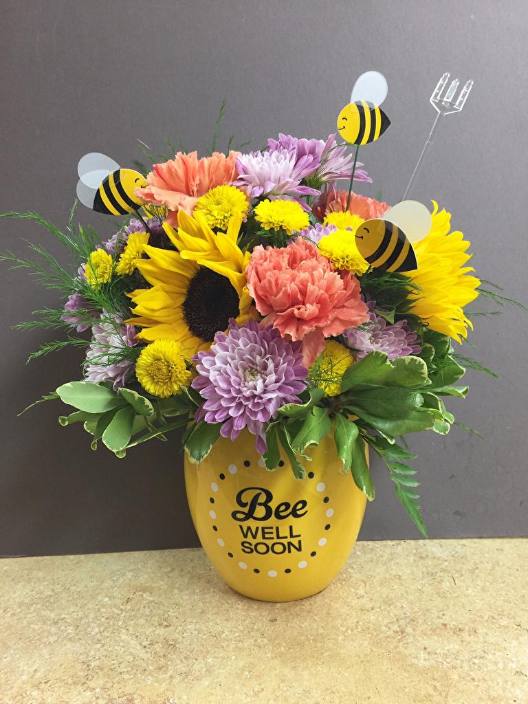 Обои для рабочего стола Пчелы букет цветок гвоздика Хризантемы Подсолнечник вазе Серый фон  для мобильного телефона Букеты Цветы Гвоздики Подсолнухи Ваза вазы сером фоне