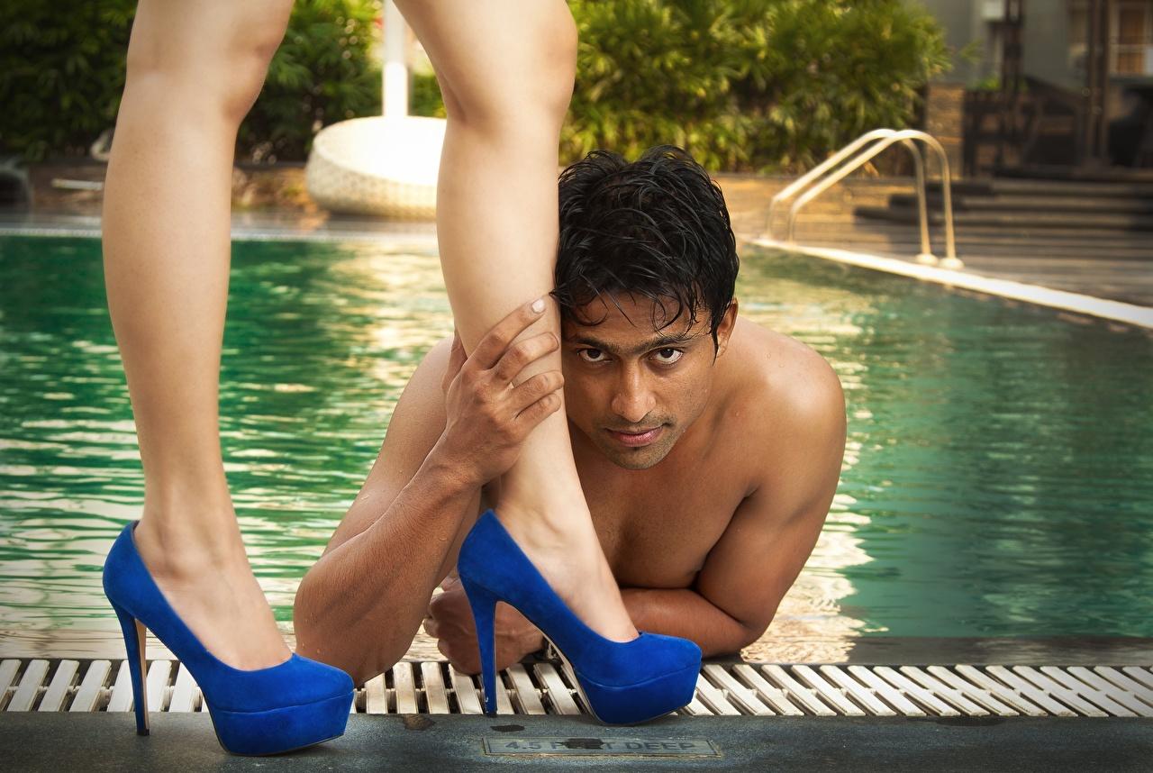 Картинки Мужчины Бассейны Ноги Взгляд туфлях мужчина Плавательный бассейн ног смотрят смотрит Туфли туфель
