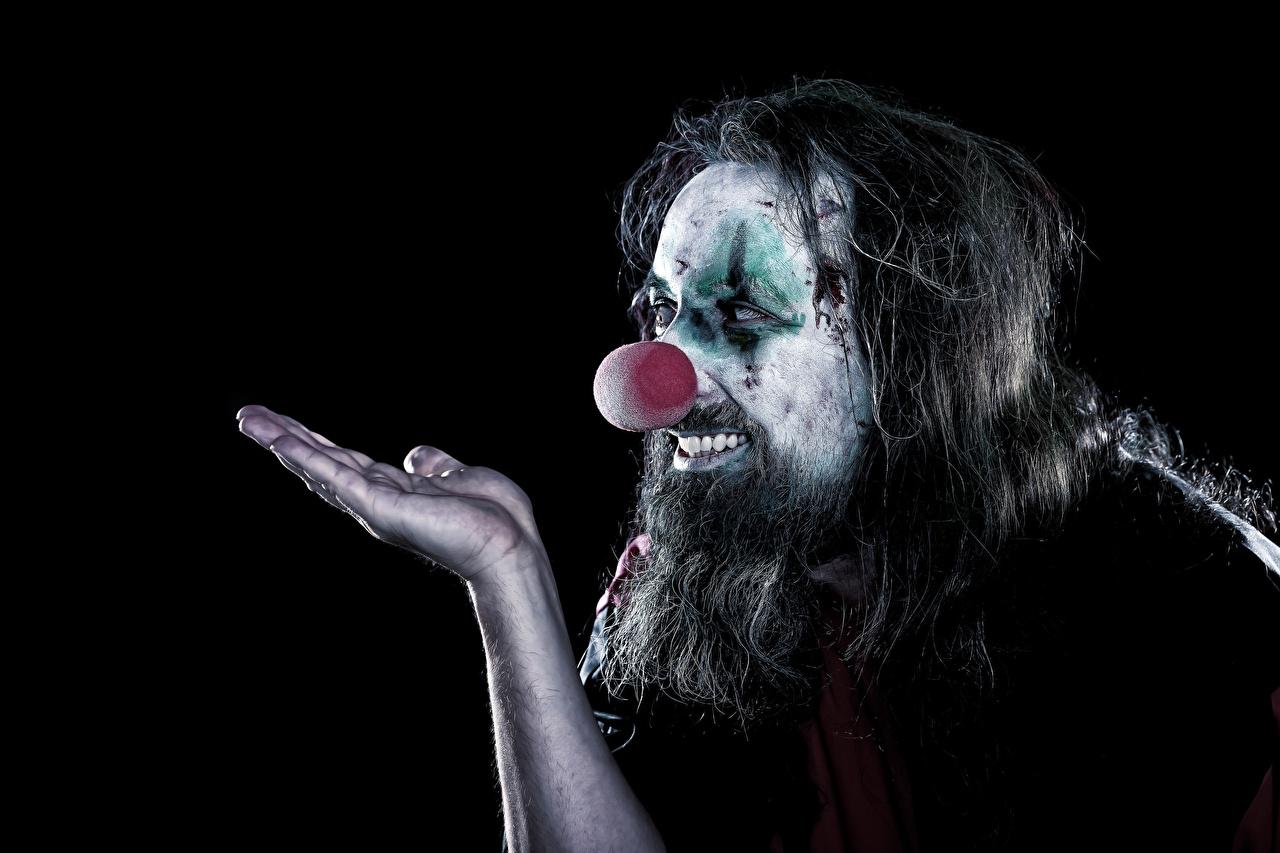 Фотографии Мужчины мейкап клоуны бородатые Руки Черный фон Макияж косметика на лице Клоун клоуна Борода бородой бородатый рука на черном фоне