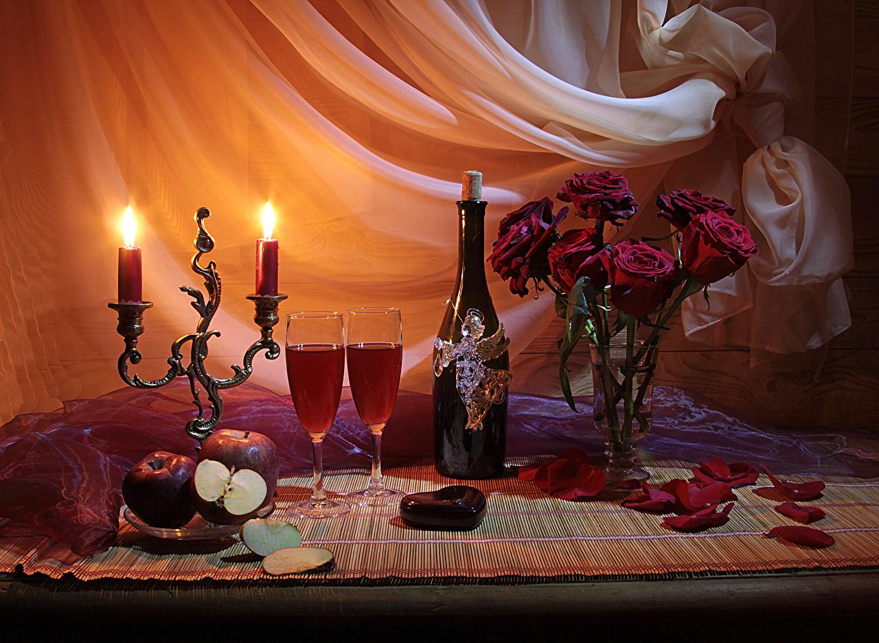 Картинки День святого Валентина сердечко Розы Вино Лепестки Цветы Яблоки Еда Ваза Свечи Бокалы Бутылка Натюрморт День всех влюблённых Сердце Пища Продукты питания
