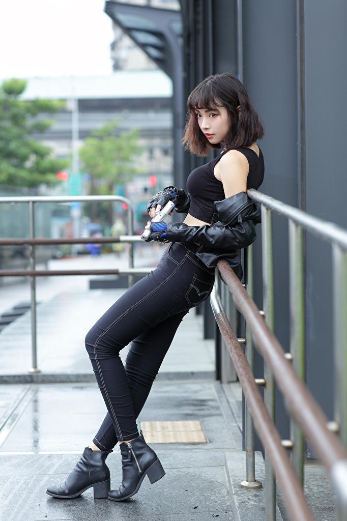 Картинка пистолет Девушки Майка азиатка джинсов  для мобильного телефона Пистолеты пистолетом девушка молодая женщина молодые женщины майки майке Джинсы Азиаты азиатки