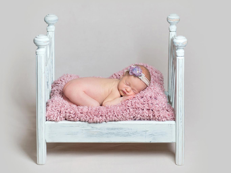 Картинки Младенцы Дети спящий кровате Серый фон младенца младенец грудной ребёнок ребёнок сон спят Спит Кровать кровати сером фоне