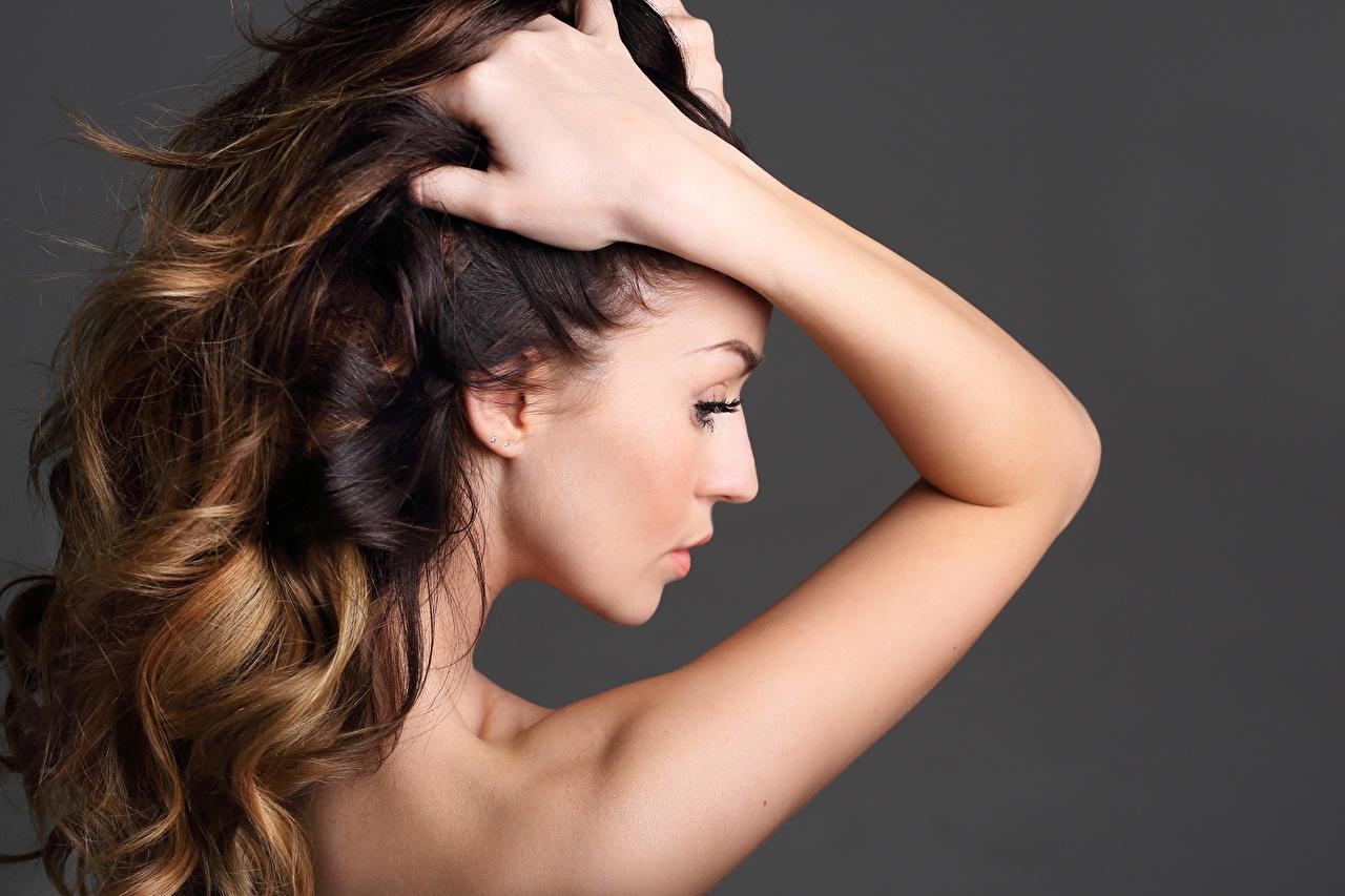 Фотография фотомодель Волосы молодая женщина рука Сзади сером фоне Модель волос Девушки девушка молодые женщины Руки вид сзади Серый фон