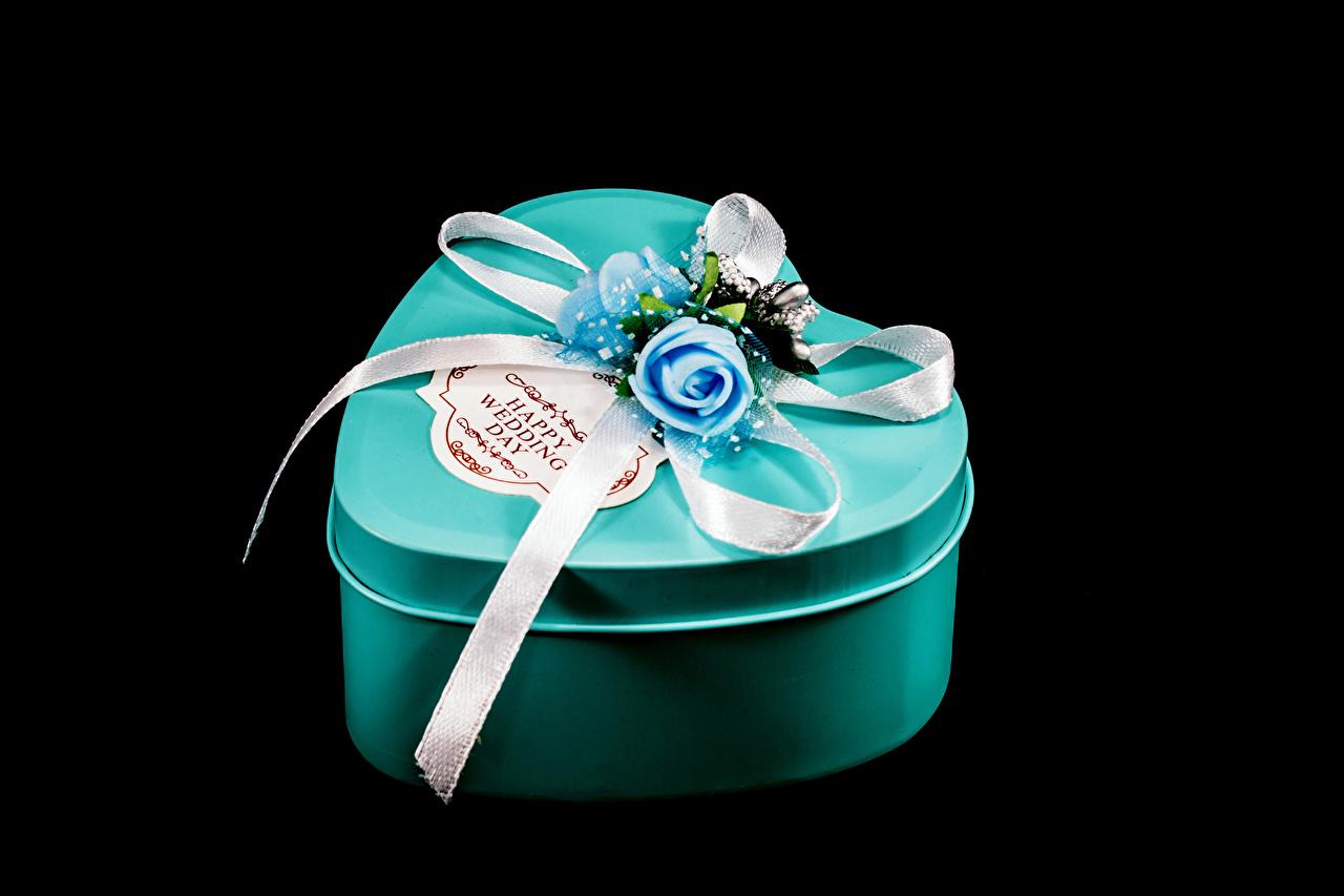 Фото День всех влюблённых Розы Коробка подарок Лента на черном фоне День святого Валентина роза коробки коробке Подарки подарков ленточка Черный фон