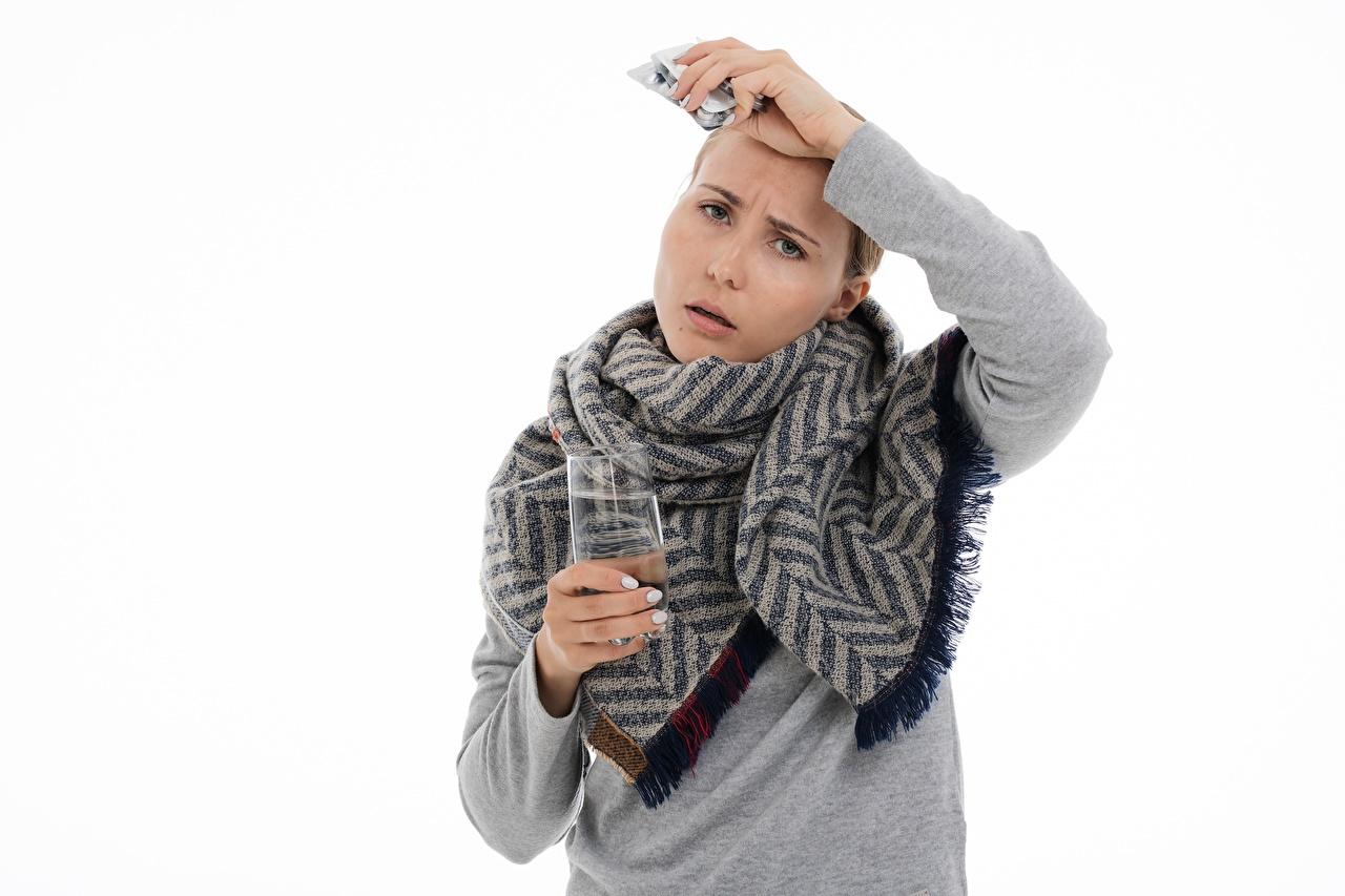 Обои для рабочего стола болеет Девушки свитере рука смотрит белом фоне Простуда девушка молодая женщина молодые женщины Свитер свитера Руки Взгляд смотрят Белый фон белым фоном
