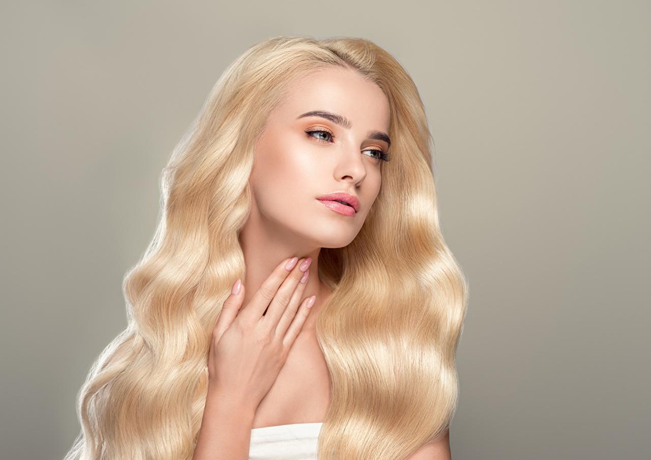 Фотографии Блондинка Волосы Девушки Руки Серый фон