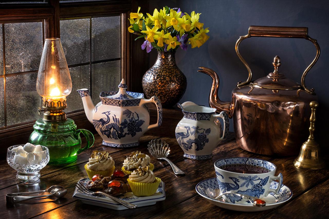 Фото букет Чай сахара Керосиновая лампа Чайник Нарциссы вазе Чашка Продукты питания Пирожное Натюрморт Букеты Сахар Еда Пища вазы Ваза чашке