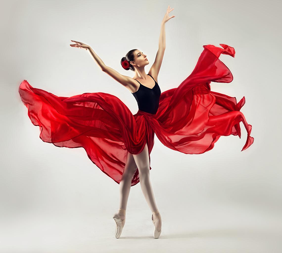 Картинка Балет Танцует Девушки Руки Серый фон Танцы