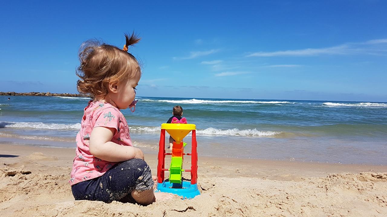 Картинка Девочки Дети пляже песка сидя игрушка девочка Пляж пляжа пляжи ребёнок песке Песок Сидит сидящие Игрушки