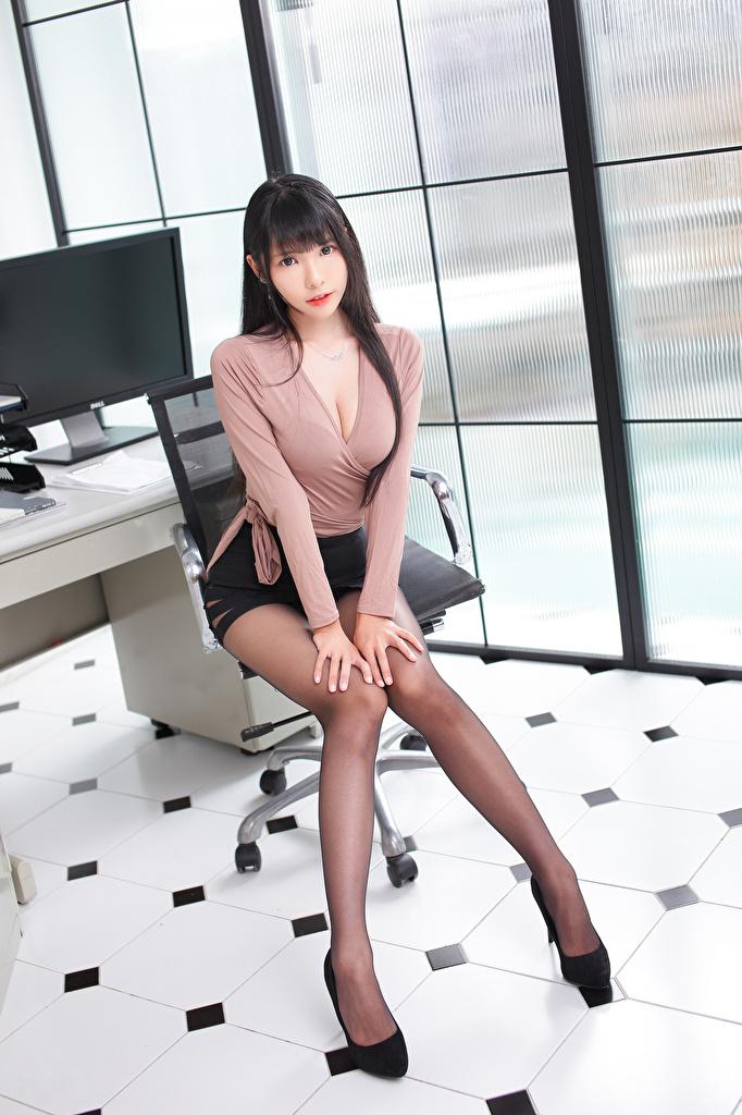 Обои для рабочего стола Юбка Брюнетка Красивые Блузка молодая женщина Ноги Азиаты Сидит Взгляд  для мобильного телефона юбки юбке брюнетки брюнеток красивая красивый девушка Девушки молодые женщины ног азиатки азиатка сидя сидящие смотрит смотрят