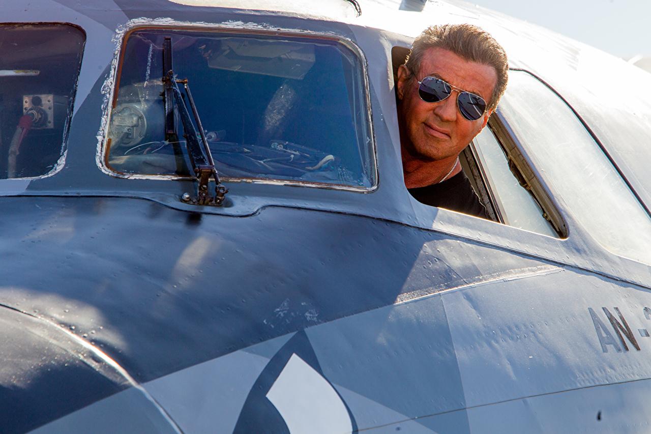 Картинки Неудержимые Sylvester Stallone Самолеты мужчина Фильмы Очки Знаменитости Сильвестр Сталлоне Мужчины кино очков очках