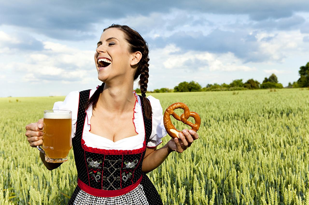 Фото официантки Пиво молодая женщина Поля колоски кружки униформе Выпечка Официантка девушка Девушки молодые женщины Колос колосок колосья кружке Кружка Униформа