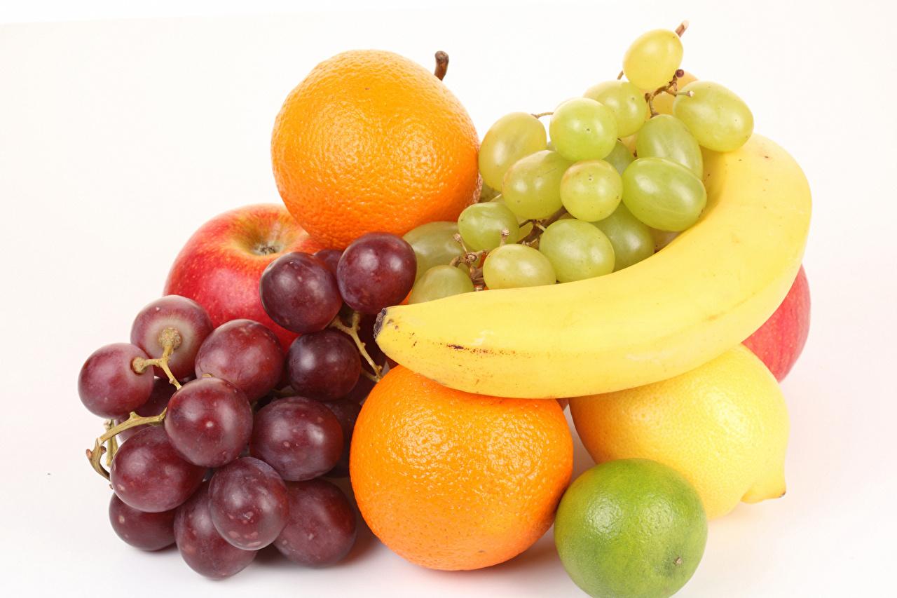 Фотография Апельсин Лимоны Бананы Виноград Пища Фрукты белым фоном Еда Продукты питания Белый фон белом фоне