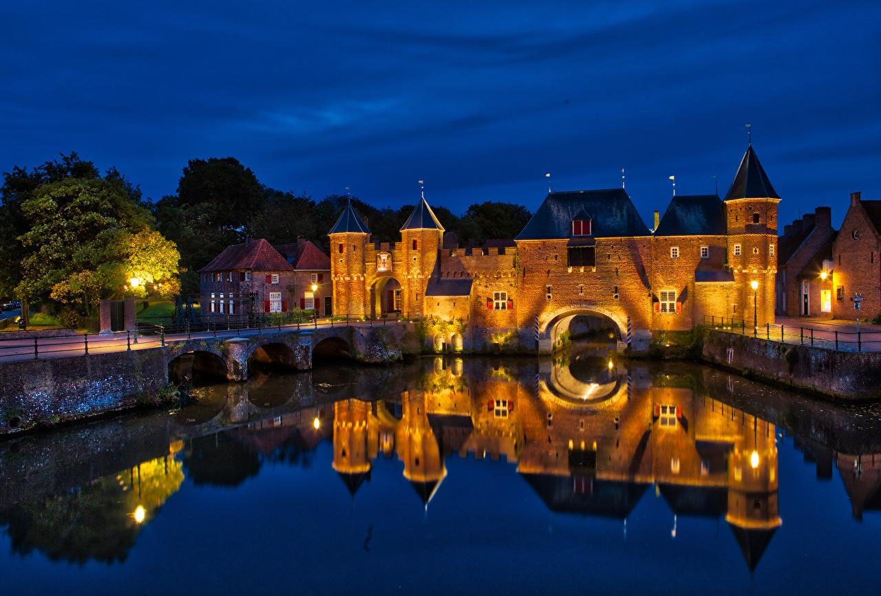 Фотография Крепость Нидерланды Koppelpoort Amersfoort Мосты Водный канал Ночные Уличные фонари Дома Города Ночь ночью в ночи город Здания