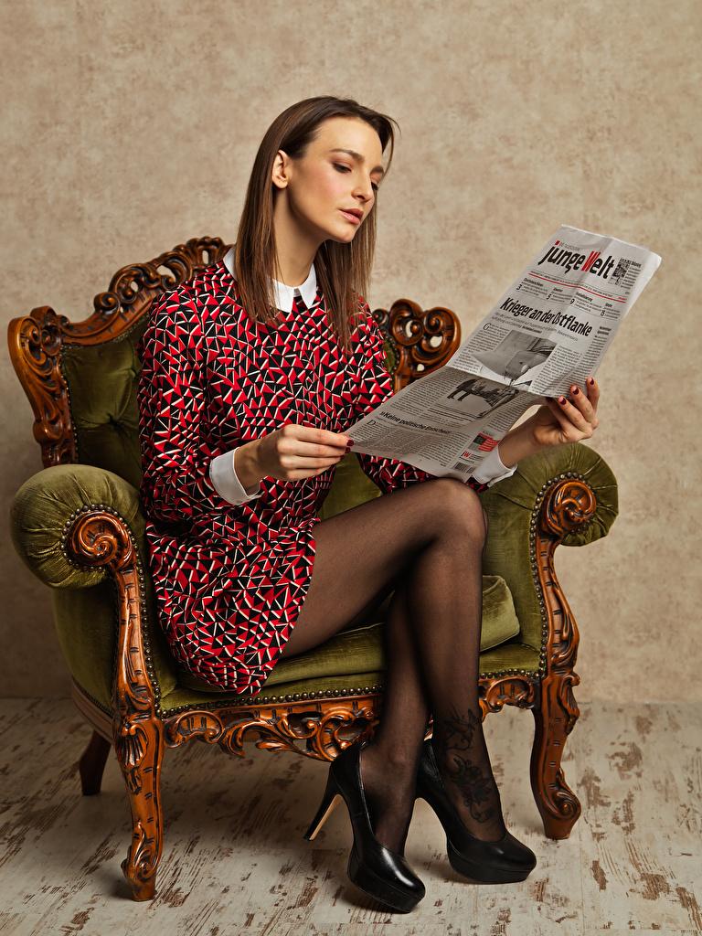 Фотографии фотомодель Газета чтение девушка Ноги Кресло сидящие Платье туфлях  для мобильного телефона Модель газеты газетой Читает Девушки молодая женщина молодые женщины ног сидя Сидит платья Туфли туфель