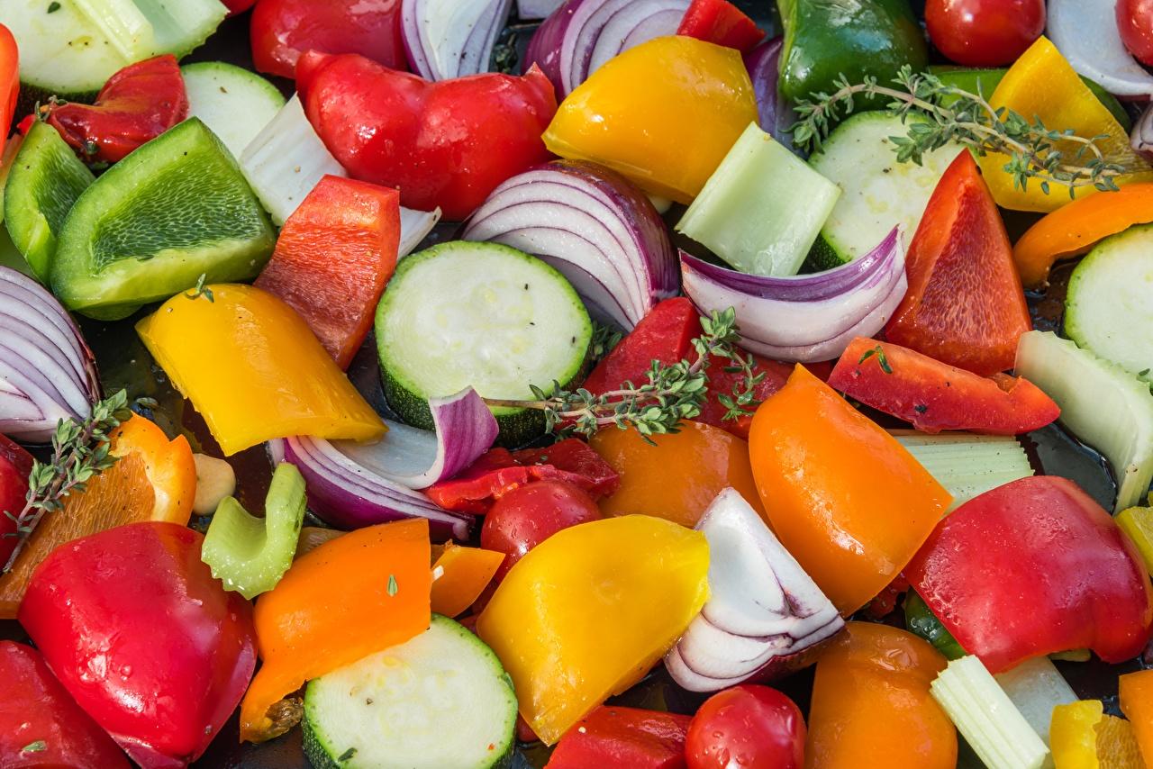 Фото Лук репчатый Еда Перец Овощи Нарезанные продукты Крупным планом Пища нарезка перец овощной Продукты питания вблизи