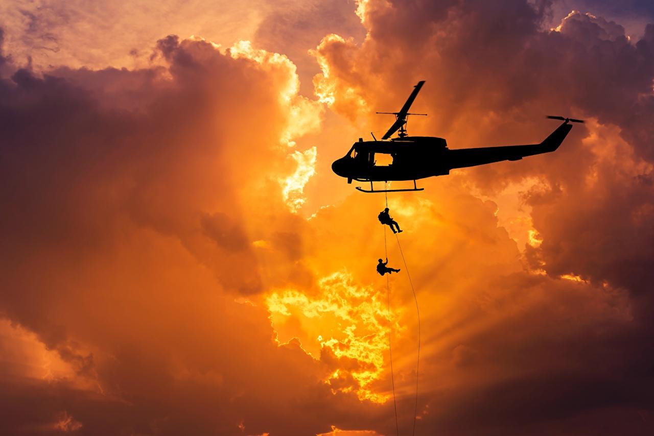 Картинка Лучи света вертолет Десант американская Силуэт Bell UH-1 Iroquois Рассветы и закаты Облака Армия Авиация Вертолеты Десантники высодка десанта американский Американские силуэта силуэты рассвет и закат облако облачно военные
