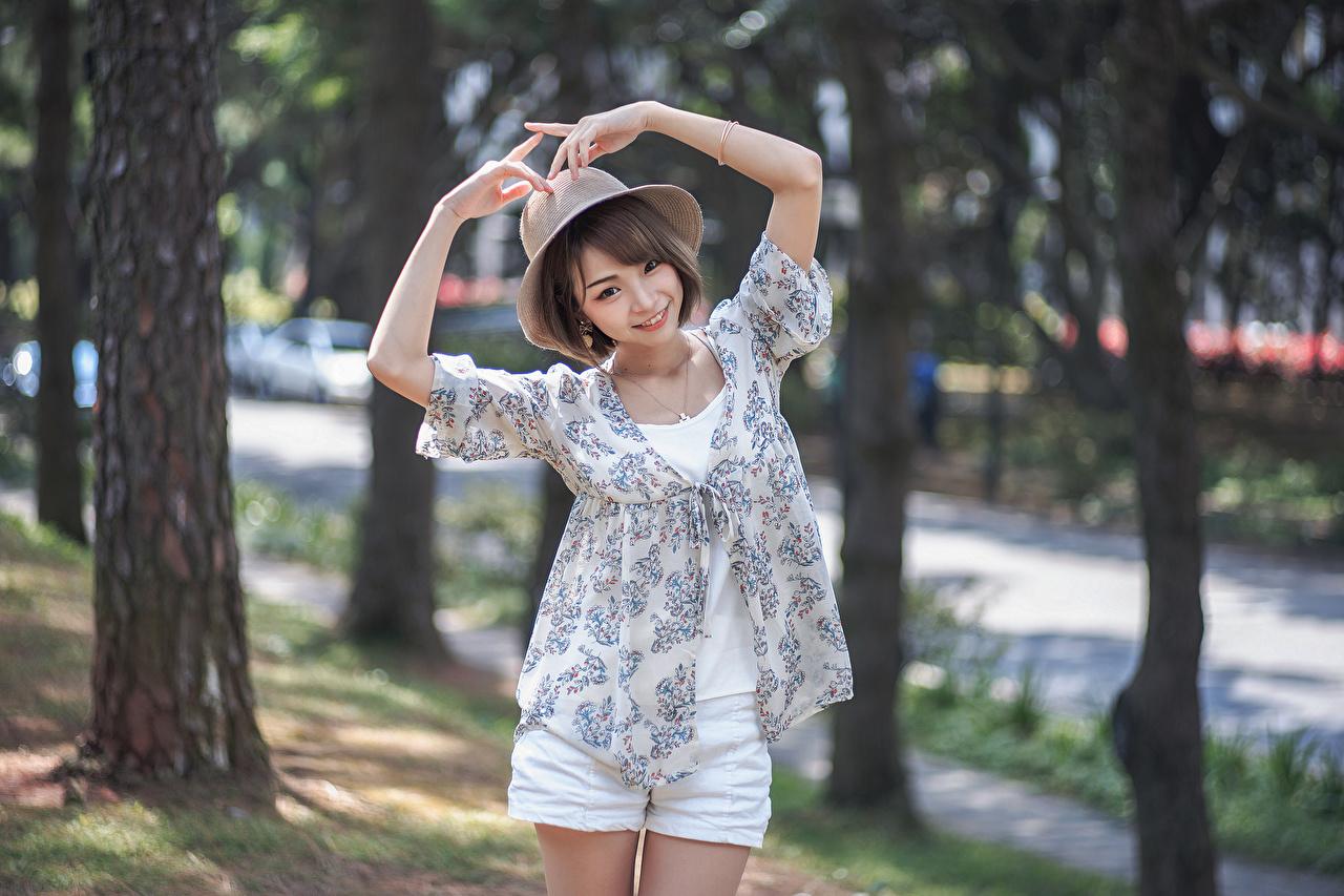 Фото улыбается боке позирует шляпы молодые женщины Азиаты рука Улыбка Размытый фон Поза Шляпа шляпе девушка Девушки молодая женщина азиатки азиатка Руки