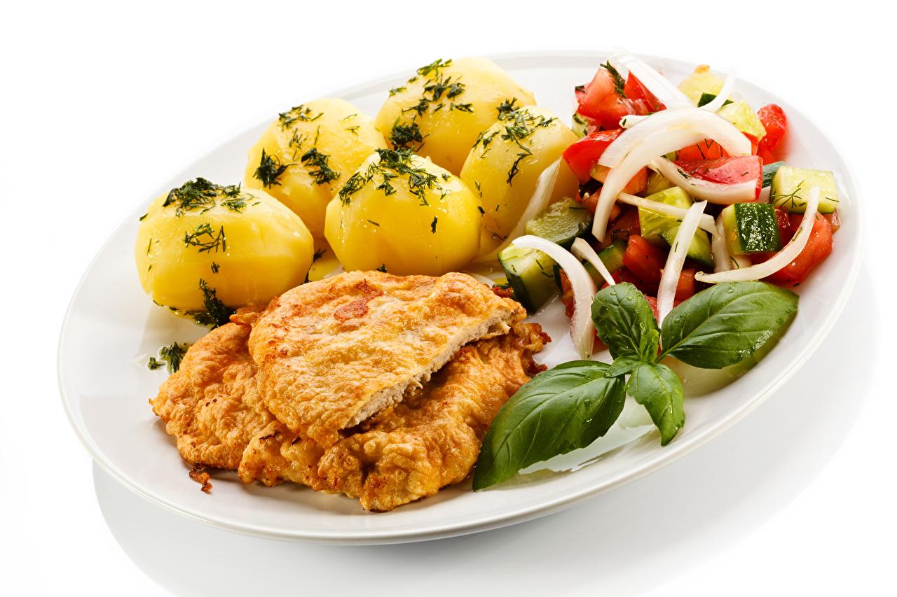 Обои для рабочего стола картошка Овощи тарелке Продукты питания Белый фон Мясные продукты Вторые блюда Картофель Еда Пища Тарелка белом фоне белым фоном