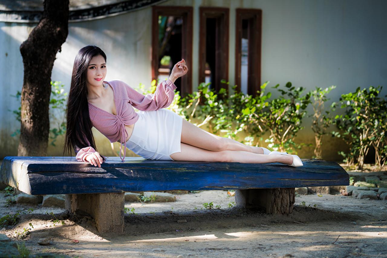 Фотографии Юбка Брюнетка Улыбка Лежит позирует Блузка молодая женщина Азиаты Скамейка смотрит юбки юбке брюнетки брюнеток улыбается лежа лежат лежачие Поза девушка Девушки молодые женщины азиатки азиатка Скамья Взгляд смотрят