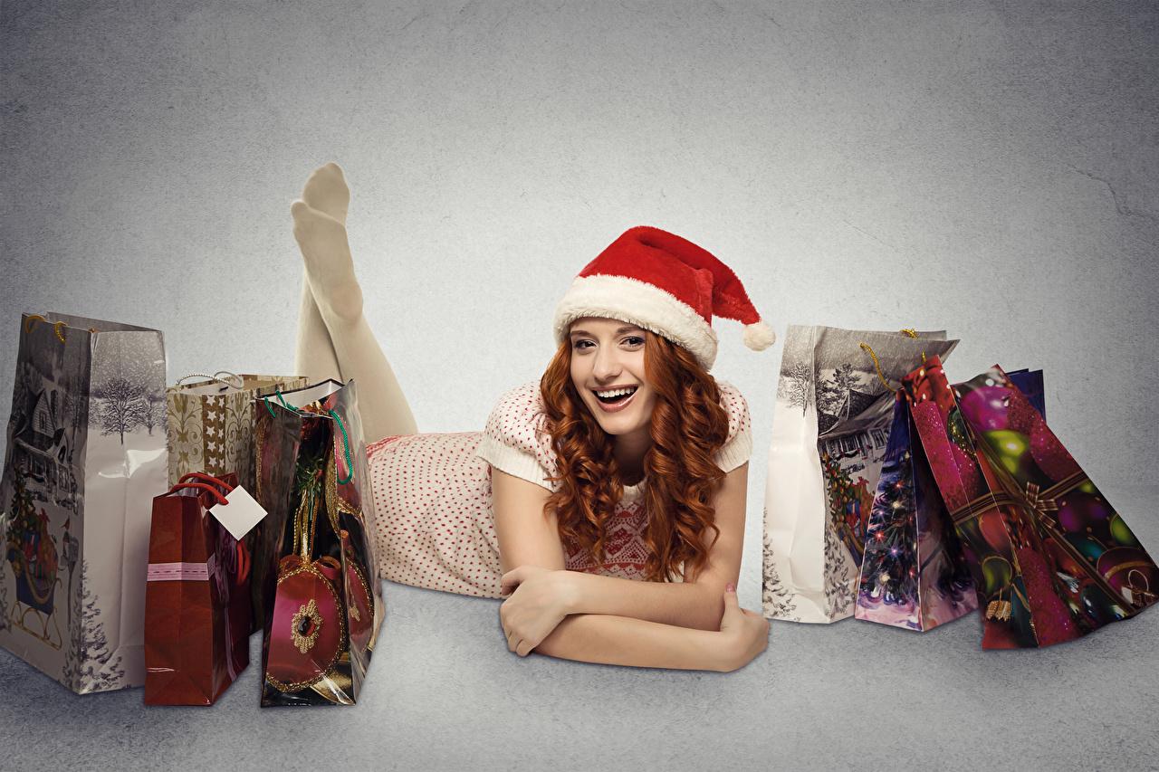 Фотографии рыжие Рождество в шапке Подарки Города Серый фон рыжих Рыжая Новый год Шапки шапка подарок подарков сером фоне