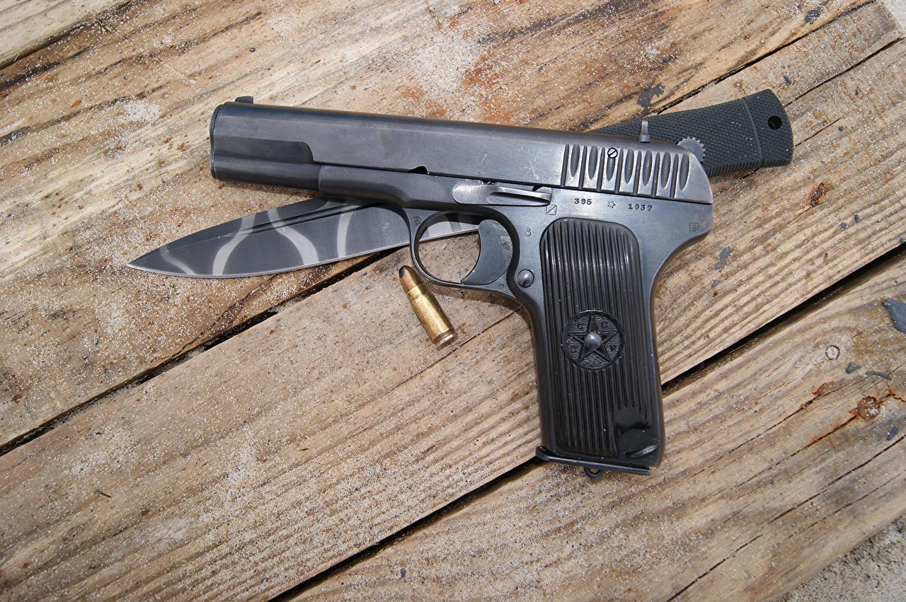 Фото пистолетом ножик вблизи Доски военные пистолет Пистолеты Нож Крупным планом Армия