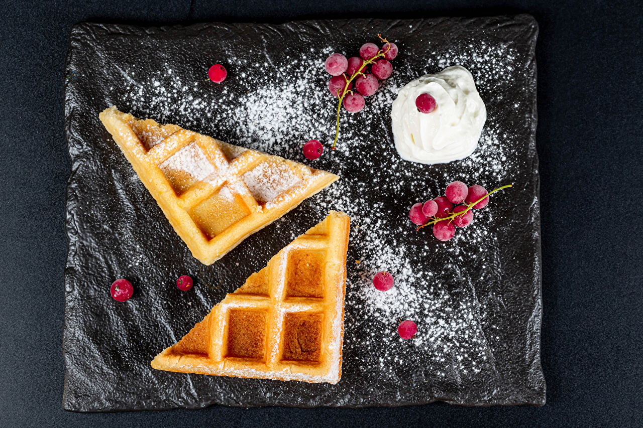 Картинка Вафли Сливки Сахарная пудра Ягоды Продукты питания вафля сливками Еда Пища