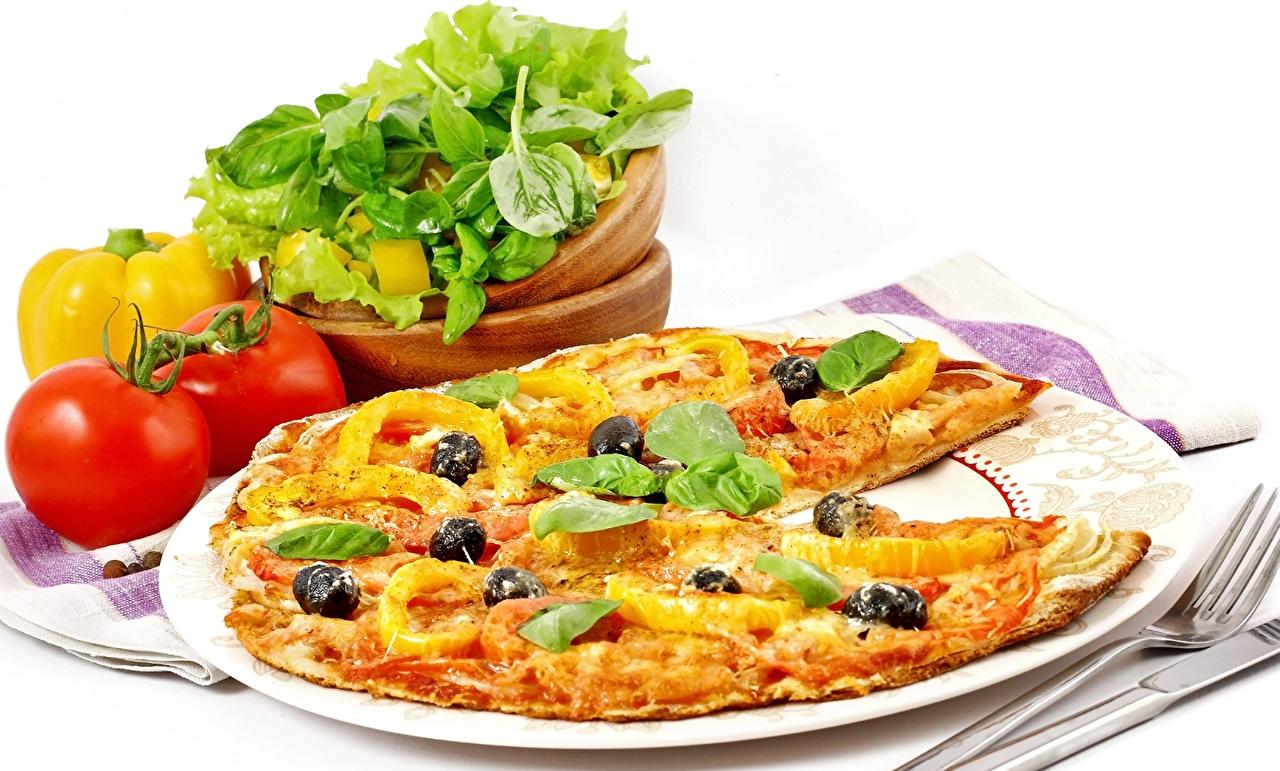 Картинка Пища Пицца Томаты вилки тарелке перец овощной Базилик душистый Еда Продукты питания Помидоры Перец Тарелка Вилка столовая