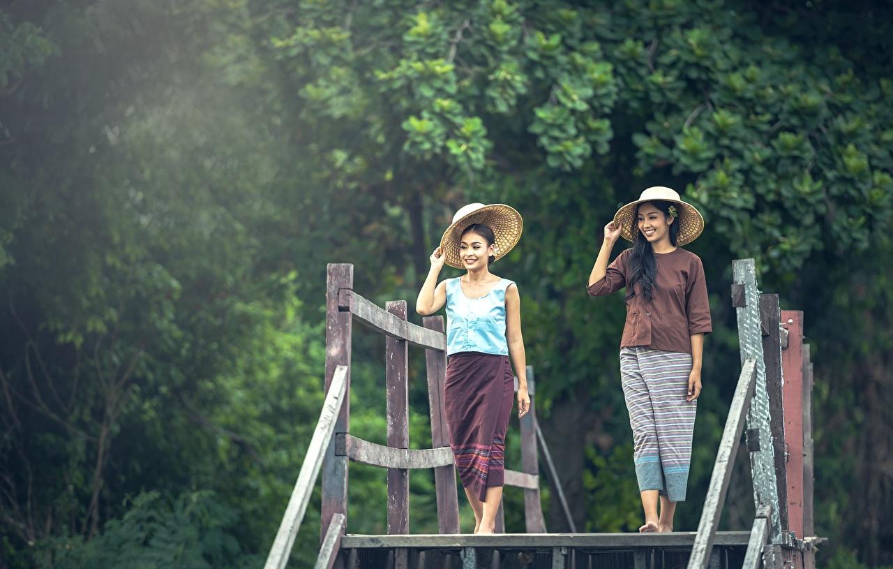 Картинка Брюнетка Улыбка Двое Шляпа Девушки Азиаты 2 вдвоем