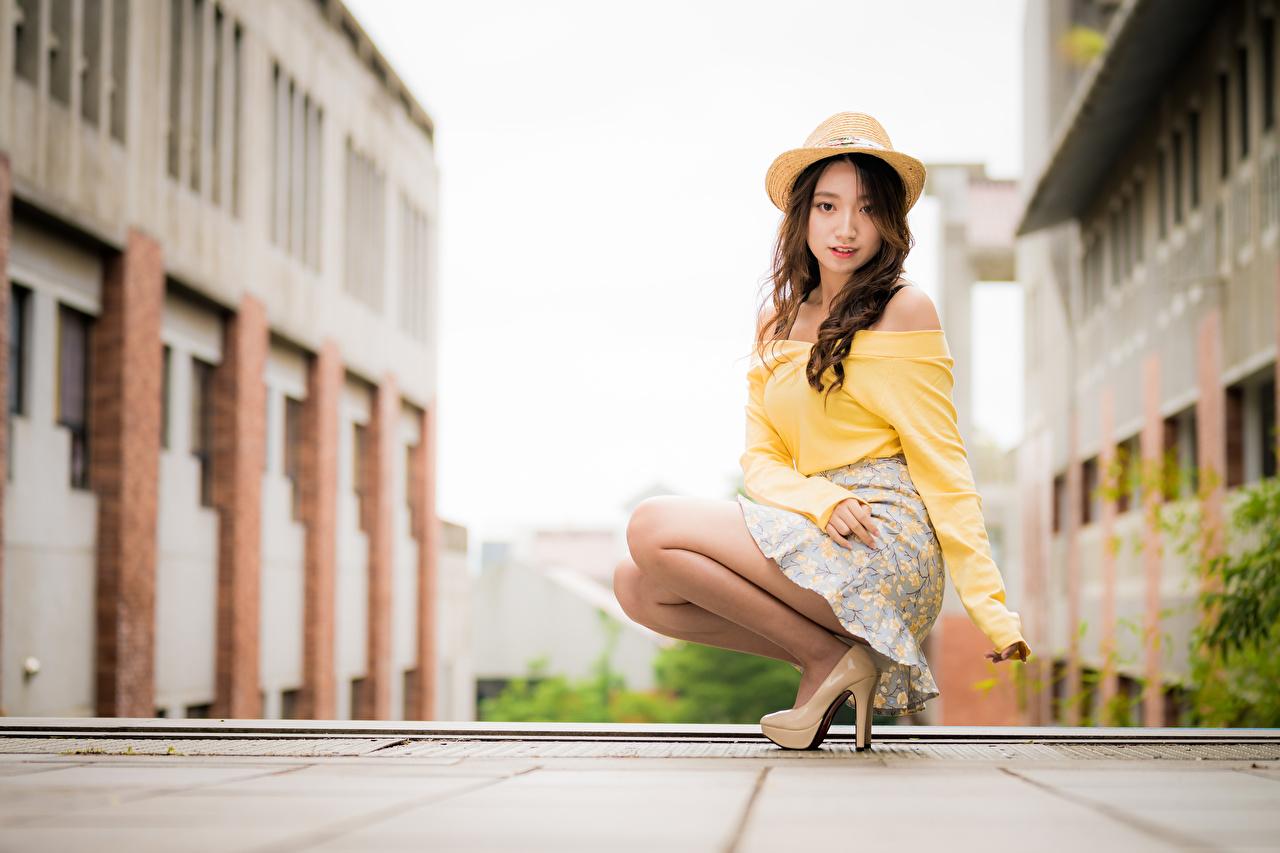 Картинка Юбка Шатенка Размытый фон Блузка Шляпа молодые женщины азиатка сидя смотрит юбки юбке шатенки боке шляпы шляпе Девушки девушка молодая женщина Азиаты азиатки Сидит сидящие Взгляд смотрят