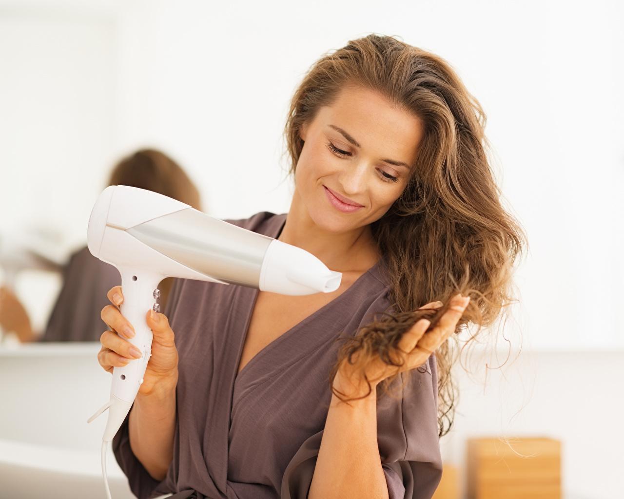 Фото шатенки улыбается Фен волос Девушки Шатенка Улыбка феном Волосы девушка молодые женщины молодая женщина