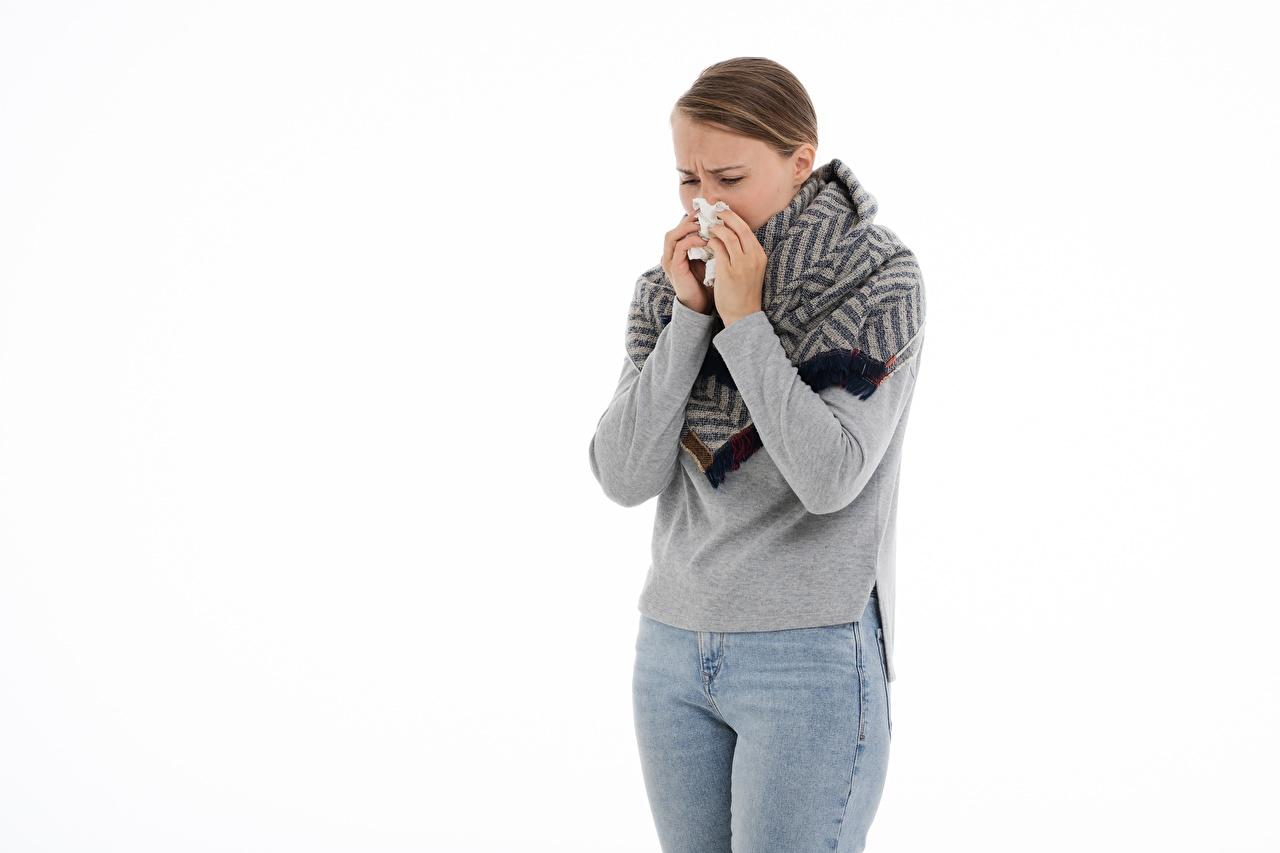 Фотография молодая женщина шатенки runny nose, colds Простуда Джинсы Руки белом фоне девушка Девушки молодые женщины Шатенка болеет джинсов рука Белый фон белым фоном