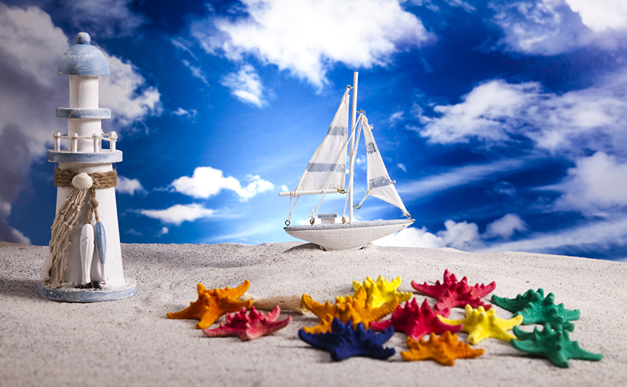 Картинка Морские звезды маяк Небо Песок Лодки Парусные облако Игрушки Маяки песка песке Облака игрушка облачно