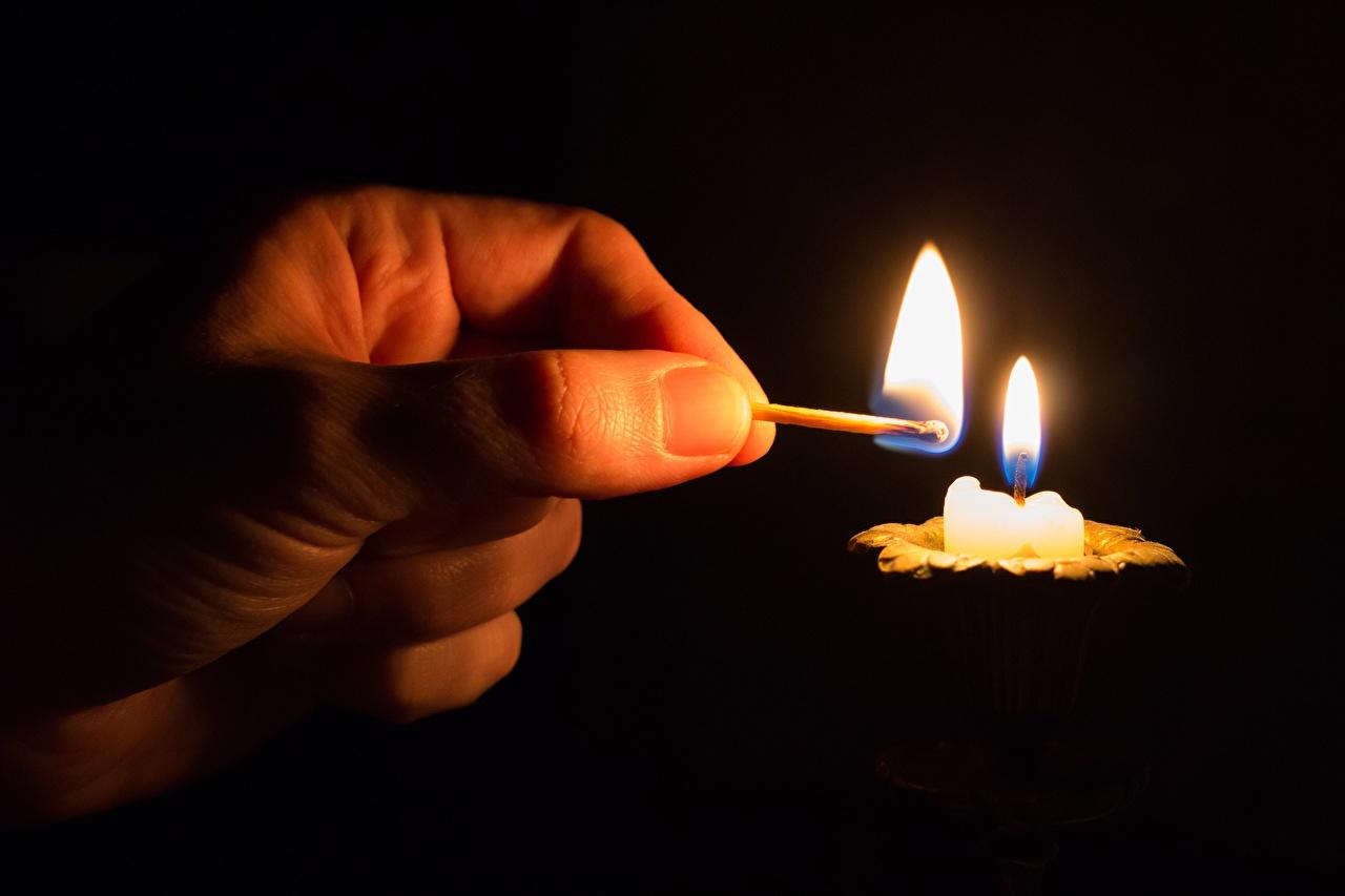 Фотографии Спички Огонь Руки Свечи Пальцы Черный фон Крупным планом Пламя вблизи