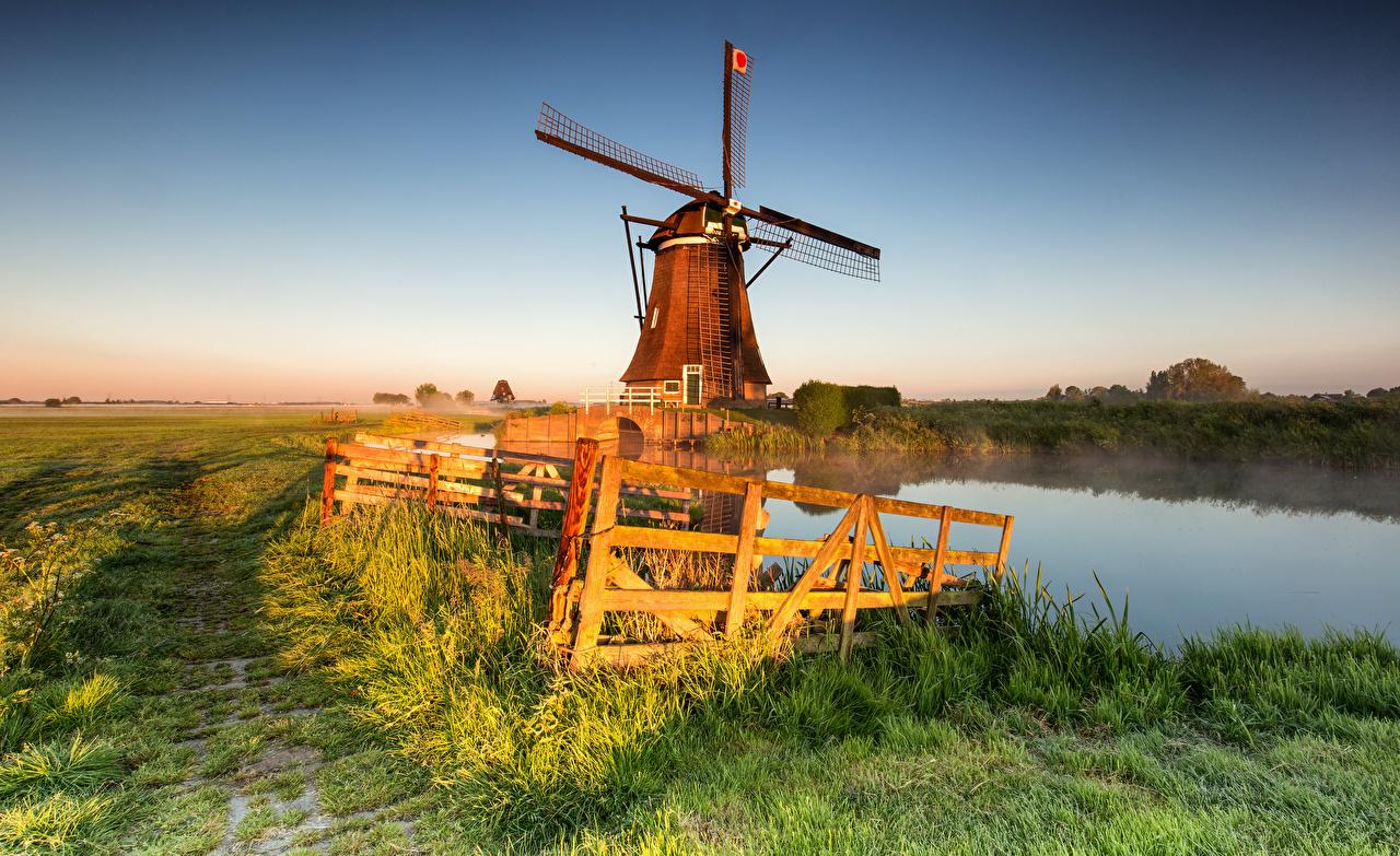 Обои для рабочего стола Нидерланды мельницы Alblasserwaard, Streefkerk тумане Природа Утро Поля Забор голландия Мельница ветряная мельница Туман тумана ограда забора забором