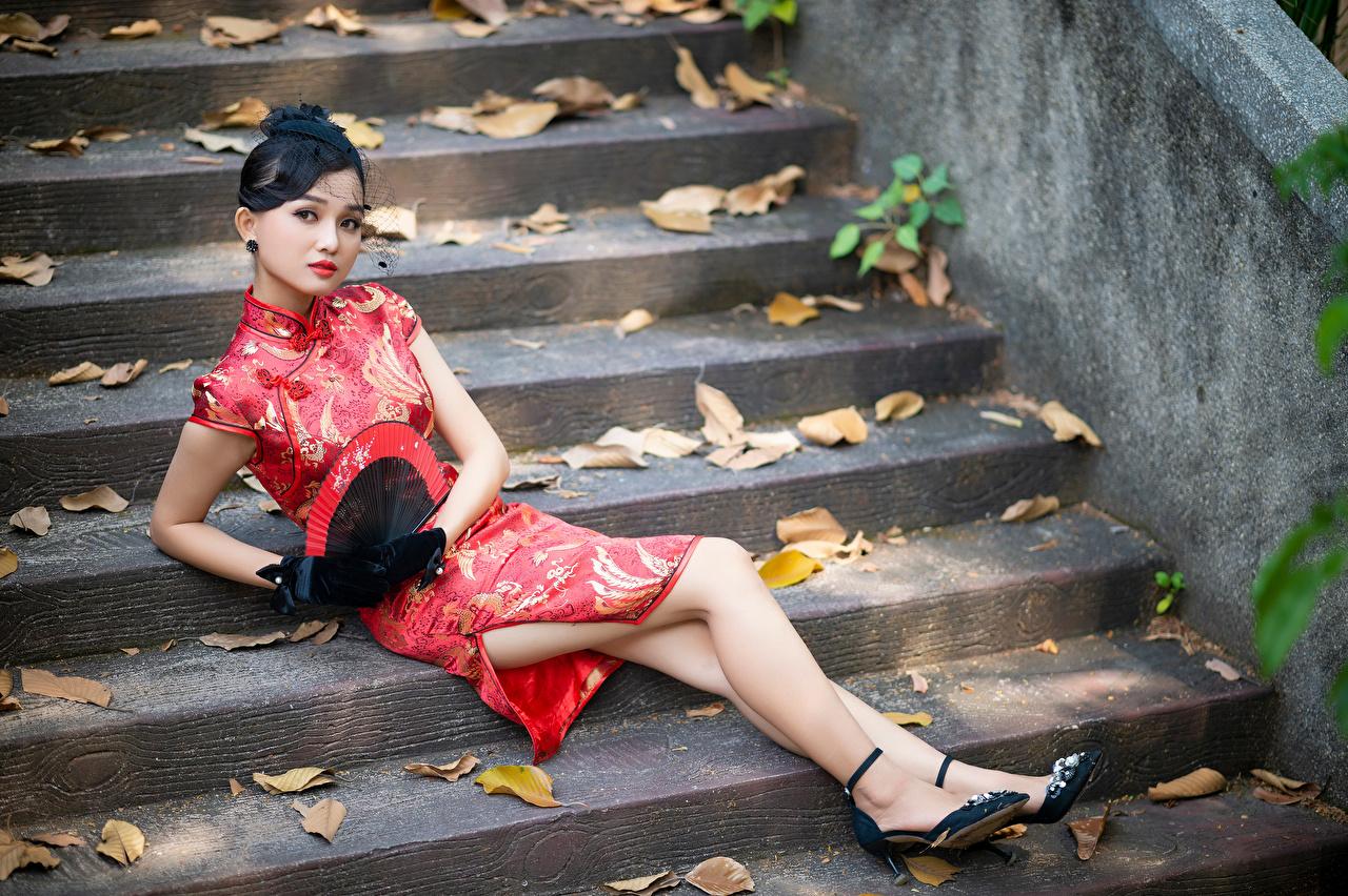 Обои для рабочего стола Брюнетка Веер Девушки Лестница ног Азиаты Взгляд платья брюнетки брюнеток девушка лестницы молодая женщина молодые женщины Ноги азиатки азиатка смотрит смотрят Платье