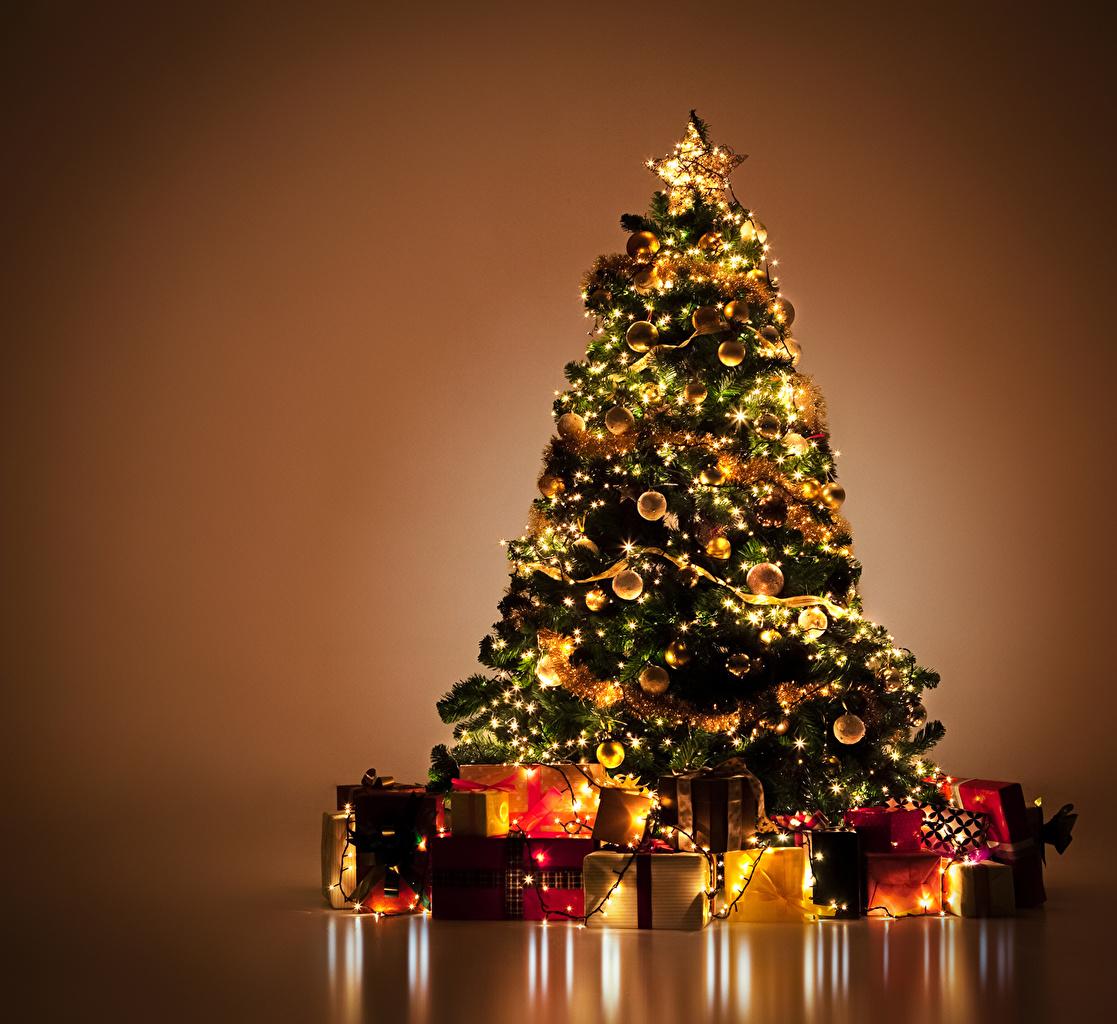 Фотография Новый год Елка Подарки Электрическая гирлянда Цветной фон Рождество Новогодняя ёлка подарок подарков Гирлянда