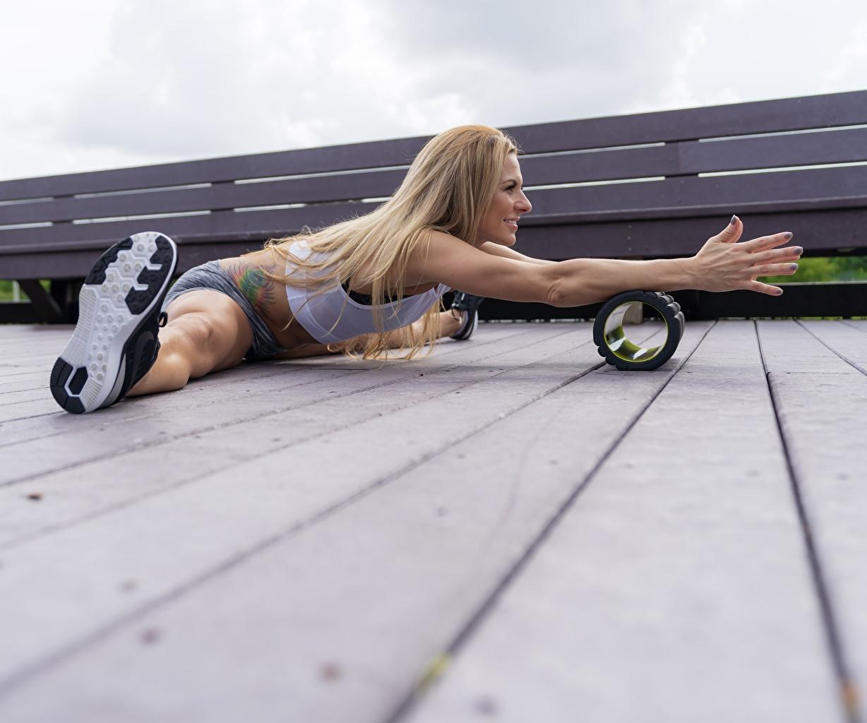 Картинки Блондинка Шпагат Фитнес Спорт Девушки ног Руки Доски блондинок блондинки шпагате Ноги рука