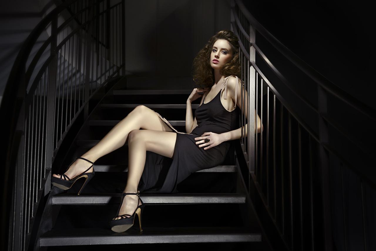 Картинки шатенки лестницы молодая женщина ног Руки сидящие Платье туфлях Шатенка Девушки девушка Лестница молодые женщины Ноги рука сидя Сидит платья Туфли туфель
